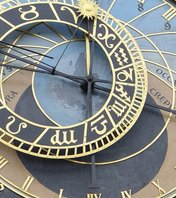 Ungleichzeitig und ständig im Fluss - die Zeit. Astronomische Uhr in Prag |© Von Maros M r a z (Maros) - Eigenes Werk, CC BY-SA 3.0, https://commons.wikimedia.org/w/index.php?curid=169224 |Quelle: Wikipedia